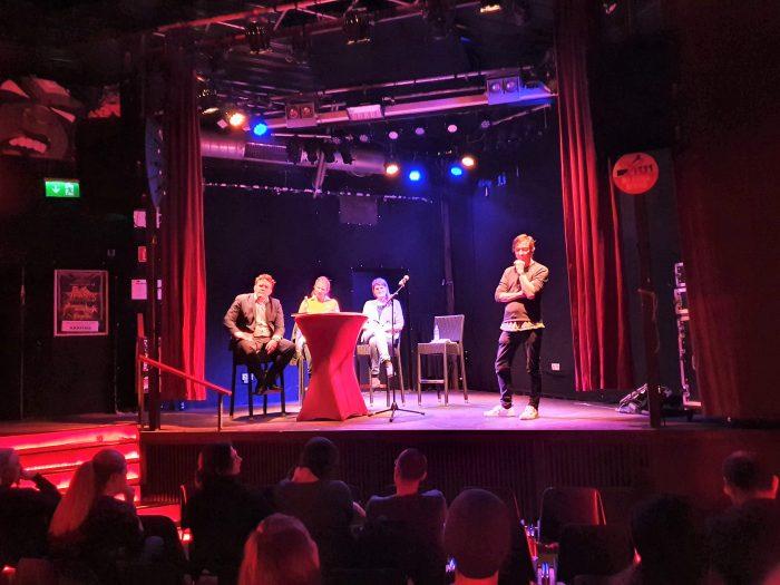 Bild Podium. Auf der Bühne: Florian Hartleb, Stephanie Dilba, Claudia Stamm, Oliver Jelinski