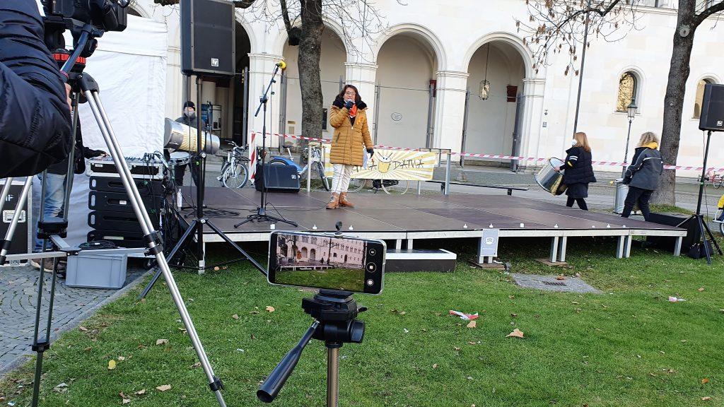 Corina Toledo auf der Redebühne