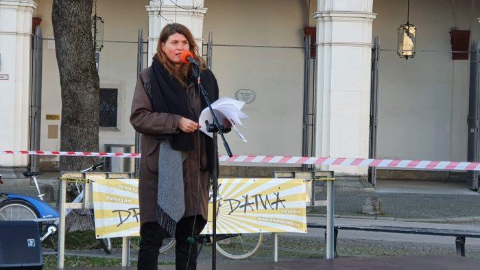 Claudia Stamm am Geschwister Scholl Platz auf der Bühne