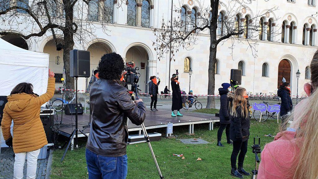 Performance #nieunamenos auf der Bühne